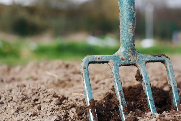 Double digging method improves the soil structure of garden